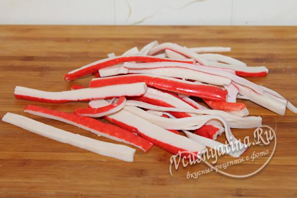 крабовые палочки нарезать соломкой