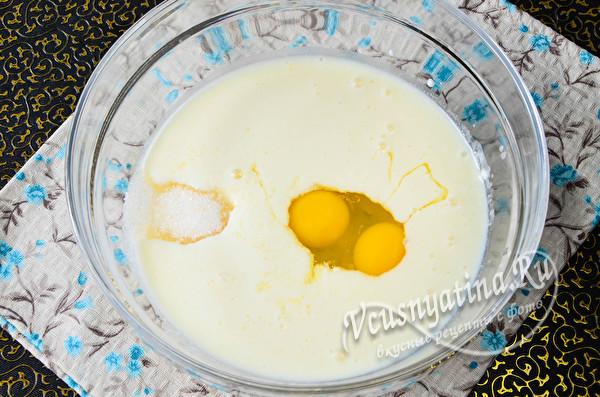 добавляем яйца, соль и сахар
