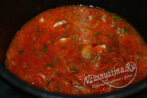 залить мясо томатным соусом