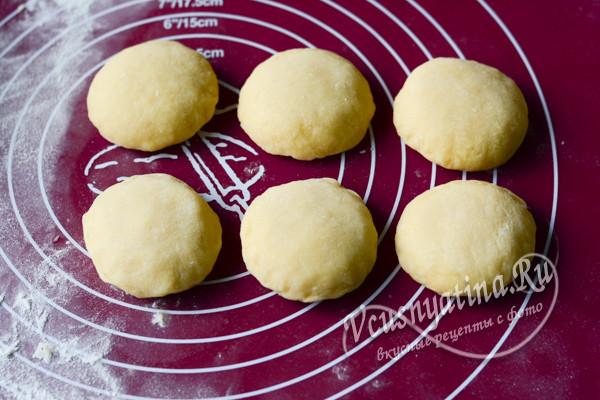 слепить пончики