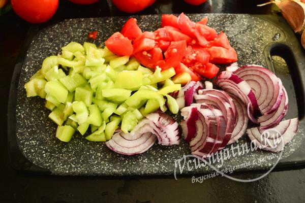 нарезать лук, помидоры и перец
