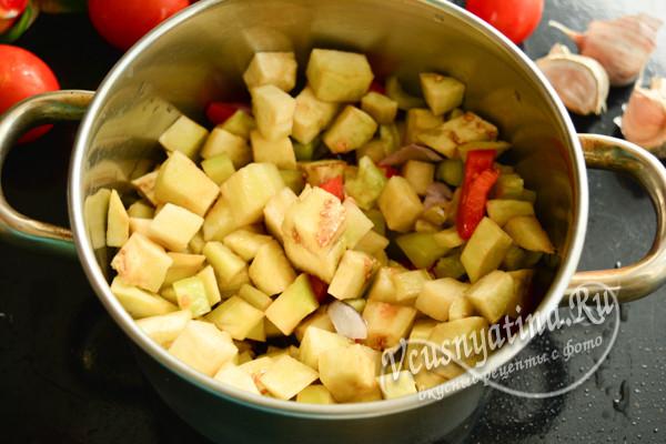 нарезать баклажаны, смешать их в кастрюле с овощами