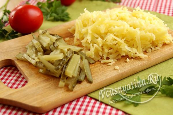 измельченные огурцы и картофель