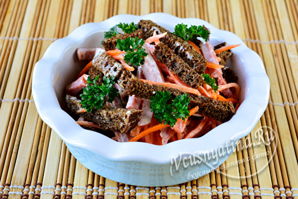 Салат с морковкой по-корейски, копченой колбасой и сухариками
