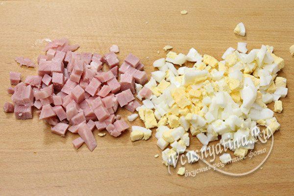 нарезанные яйца и колбаса