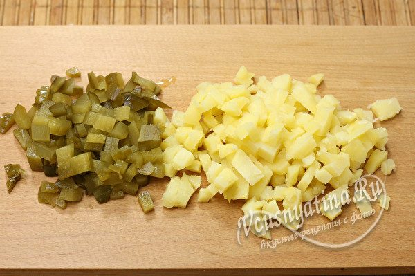 нарезанные огурцы и картофель