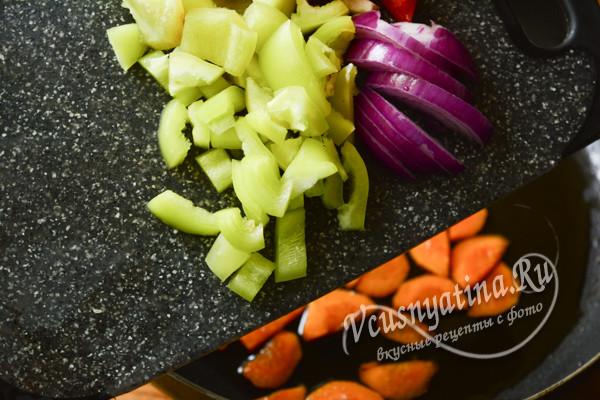 добавить на сковороду перец