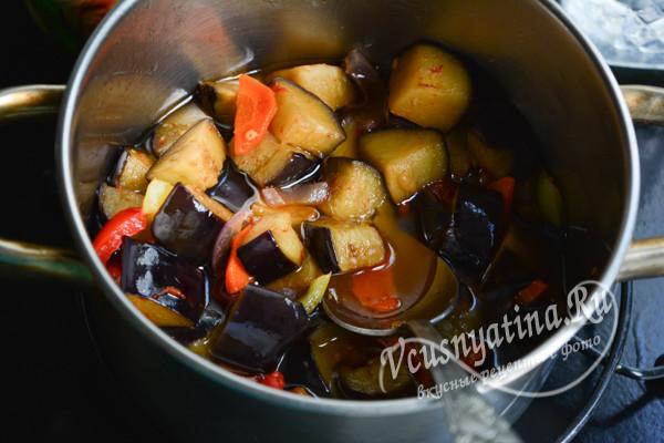 переместить овощи в кастрюлю