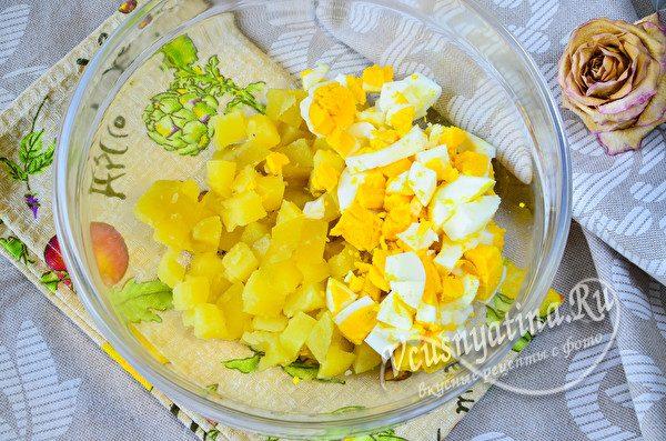 добавить нарезанные яйца