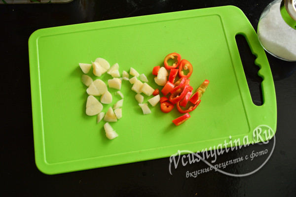 нарезать перец и чеснок