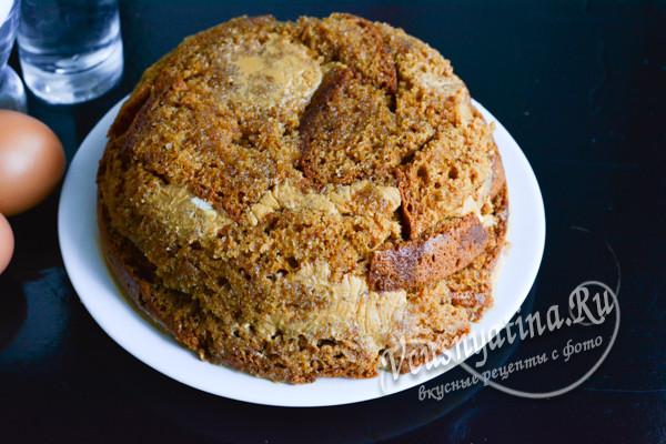 выложите торт на блюдо
