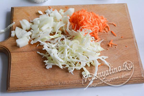 нарезать капусту, лук и морковь
