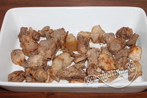 выложить мясо в форму для запекания, добавить специи