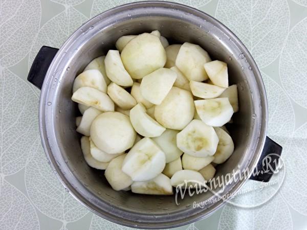 яблоки очистить, нарезать и выложить в кастрюлю