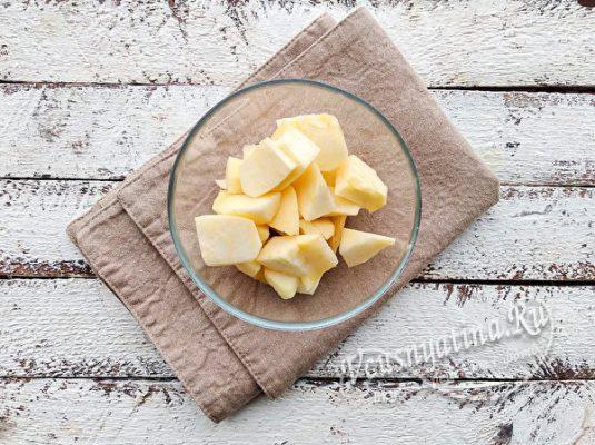 режем яблоки на кусочки