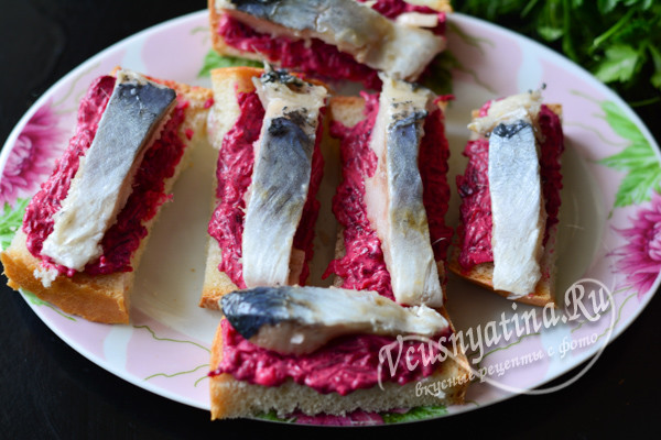 выложить селедку на бутерброд