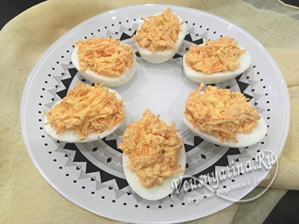 фаршированные яйца морковью с чесноком готовы