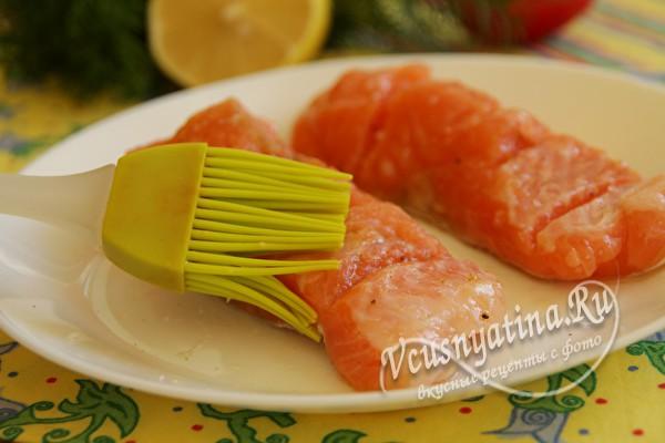 Смазать маслом и лимонным соком