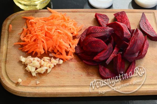 нарезать морковь, свеклу и чеснок