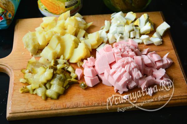 яйца, колбасу, огурец и картофель нарезать кубиками