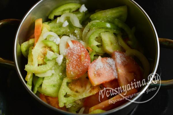 овощи перемешать, добавить соль