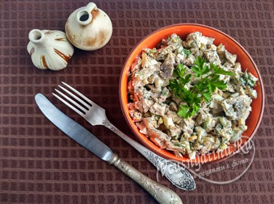 Салат с курицей, шампиньонами и орехами