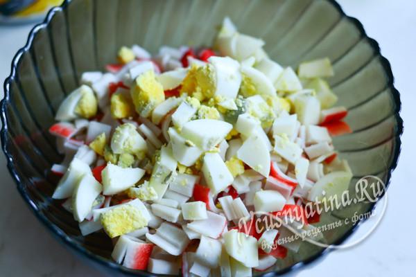 смешать яйца и палочки в миске