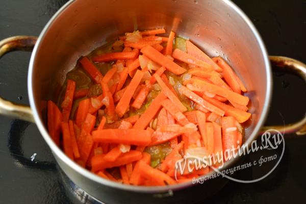 в кастрюле обжарить лук и морковь