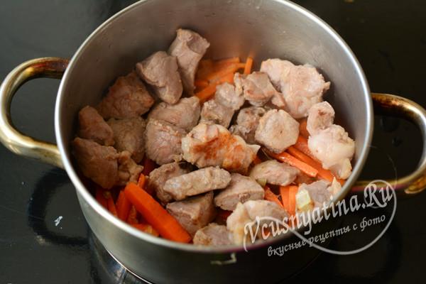 обжарить свинину и добавить к овощам