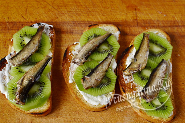 положить шпроты на бутерброды