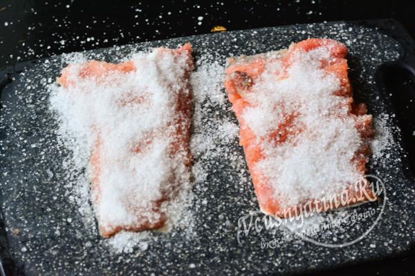 густо посыпанная солью рыба