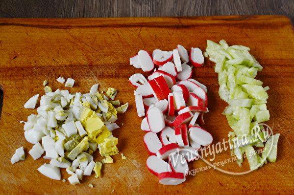 яйца, крабовые палочки и огурец нарезать