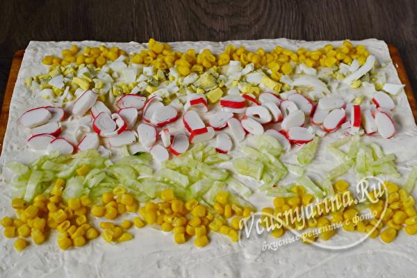 выложить ингредиенты салата на лаваш