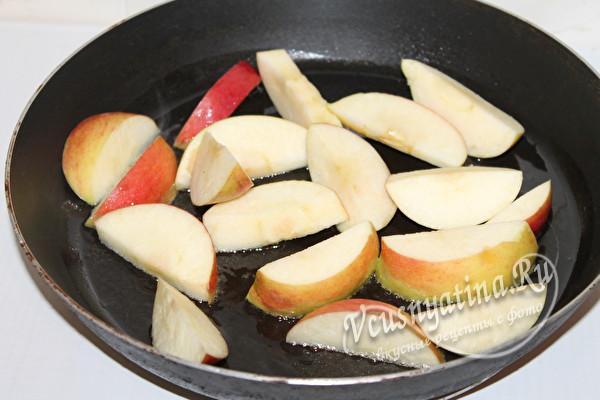 обжарить яблоки