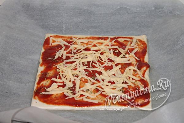 наносим на тесто соус и сыр