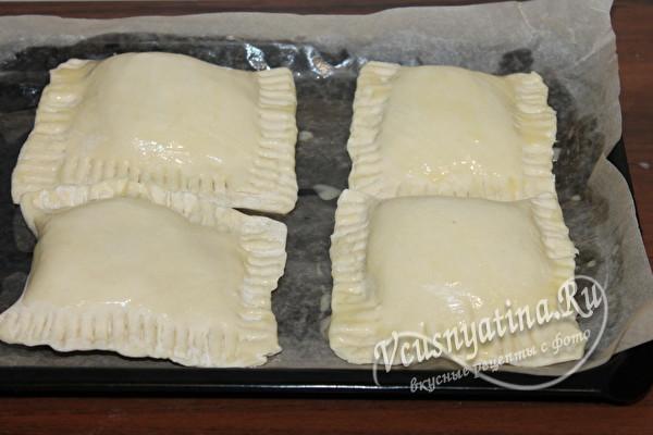 смазать пирожки желтком