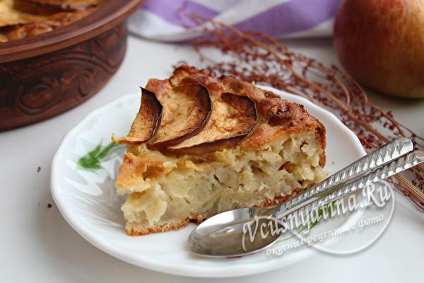 пирог с яблоками на столе