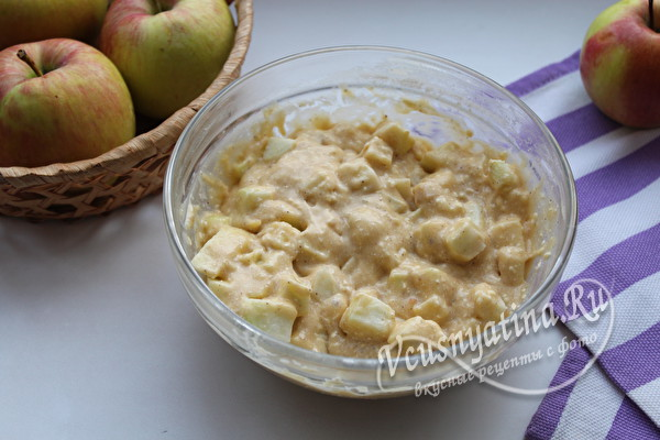 перемешать тесто с яблоками