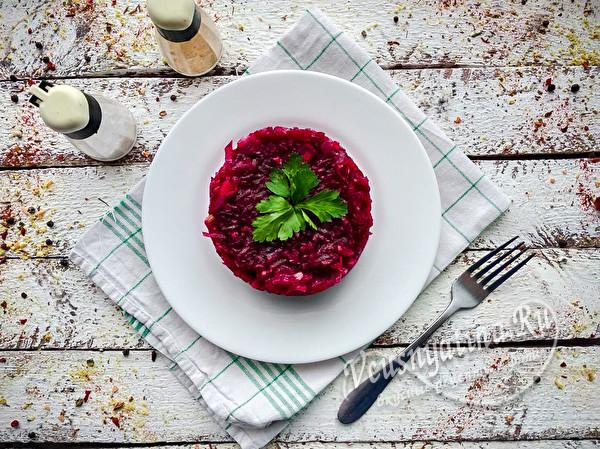 салат из свеклы и жареного лука
