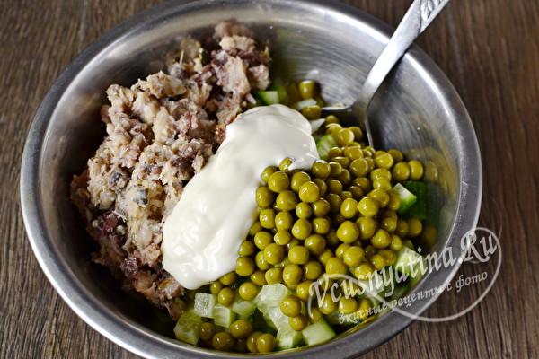 сложить все составляющие в салатник