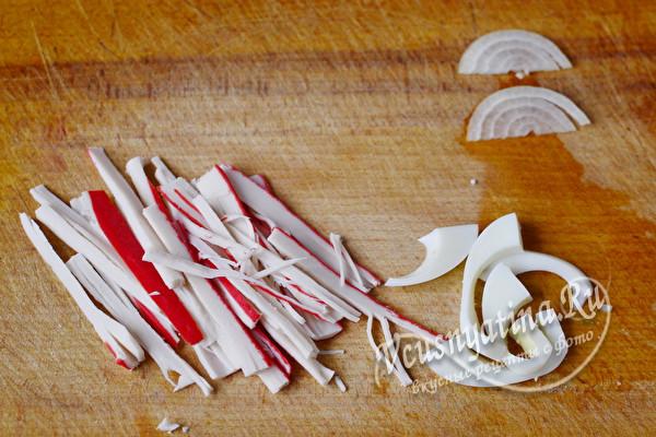 крабовые палочки, лук и яйца нарезать
