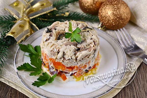 салат с отварной скумбрией и овощами готов