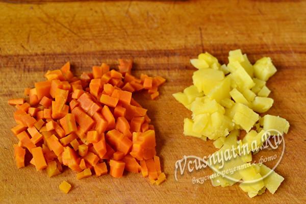 картофель и морковь нарезать кубиками