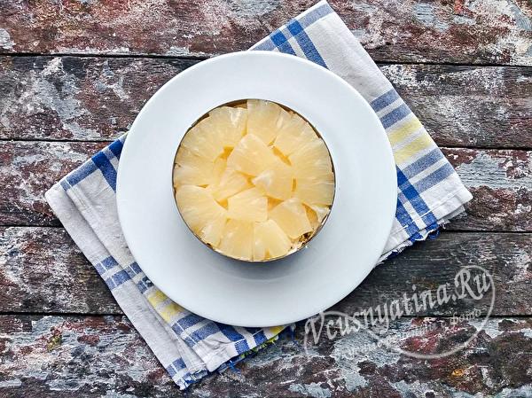 сверху ананасы