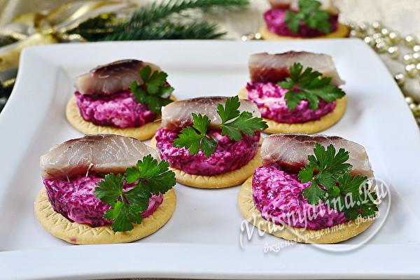 Праздничная закуска на крекерах – подборка самых вкусных рецептов с фото