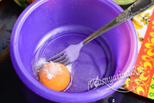 сырое яйцо в миске