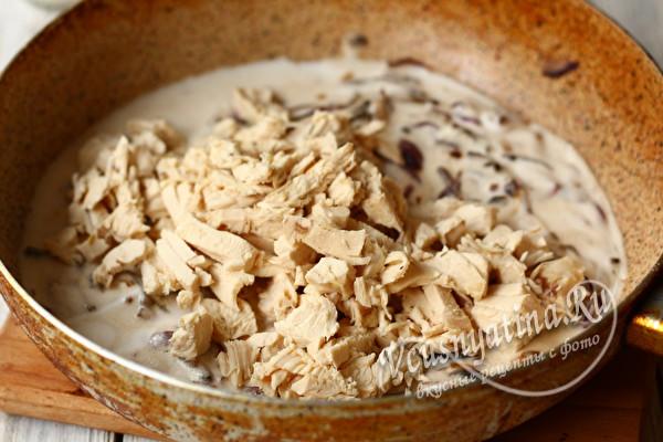 добавить мясо в сковороду к грибам