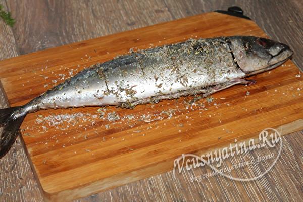 натираем рыбу специями