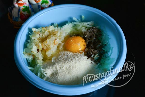 добавляем к капусте яйцо и специи
