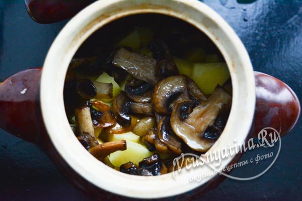 слой картошки и грибов в горшочке